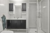 Badet har installert baderomsinnredning, dusjkabinett, toalett og opplegg til vaskemaskin/ tørketrommel