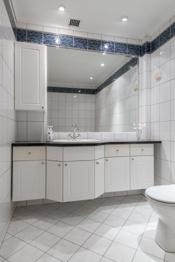 Bad med badekar, toalett og innredning med servant.