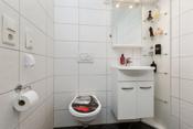 Badet har installert wc, vask og badekar