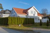 Boligen har hekk som bidrar til usjenert og askjermet have/ terrasse