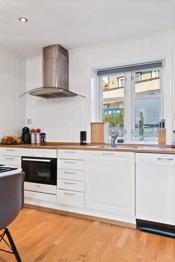 Kjøkkenet har integrerte hvitevarer og øvrige hvitevarer kan medfølge salget