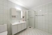 Flislagt bad med varmekabel i gulv. installert dusjhjørne, innredning og wc