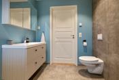 Badet har installert dusjhjørne, baderomsinnredning, wc og opplegg til vaskemaskin