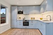 Kjøkkenet har integrerte hvitevarer som kjøl/ frys, oppvaskmaskin, mikro, koketopp og komfyr