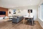 Fin åpen løsning til kjøkken med god plass til både dagligstue og spisestue