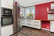 Kjøkkenet har varmekabel i gulv, bra med benkeplass og integrerte hvitevarer