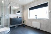 Bad med dusjkabinett, innredning og toalett