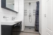 Badet har dusjsone, innredning og wc