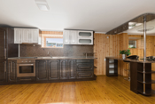 Kjøkkenet i kjeller har integrerte hvitevarer