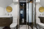 Badet i 2. etg har installert wc, dusjkabinett og baderomsinnredning
