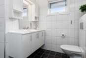 Badet har fliser på gulv og vegg med varmekabel i gulv