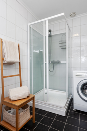 Badet har installert dusjkabinett, wc, innredning og opplegg til vaskemaskin