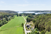 Eiendommen er beliggende nær flere badestrender i Revebukta/ Ullerøy