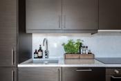 Kjøkken med kompositt steinplate
