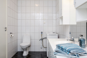 Badet har installert dusjkabinett, baderomsinnredning, toalett og opplegg til vaskemaskin