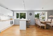 Fin åpen løsning mellom stue og kjøkken