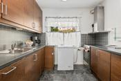 Innholdsrikt kjøkken- bra med skap og bankeplass