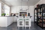 Kjøkkenet har kjøkkenøy med bar-løsning.