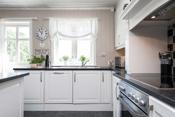 Kjøkkenet har integrert platetopp, komfyr, ventilator, oppvaskmaskin, kjøl og frys.