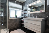 Bad med flislagt gulv og vegger.