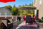 Stor veranda hvor man har plass til både spiseplass og salong.