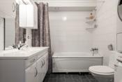 Bad med flislagt gulv og vegger