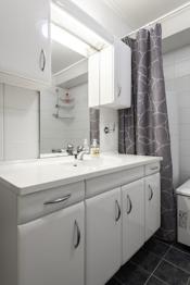 Bad med toalett, innredning med servant, badekar og 200 liter bereder
