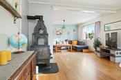 Flere vinduer bidrar til gode lysforhold i stuen
