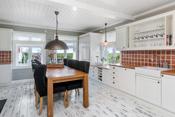 God plass på kjøkkenet til spisebord