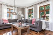 Stuen med flere vinduer som gir godt med dagslys