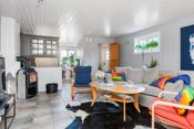 Stuen i kjeller med åpen løsning til kjøkken