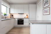 Delikat, stilrent kjøkken med integrerte hvitevarer