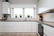 Kjøkken med god benkeplass og flott utsikt