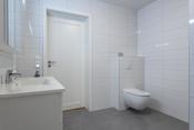 Bad med vegghengt toalett