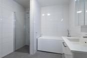 Bad med dusjhjørne og badekar