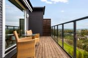 Solrik veranda med glassrekkverk og fantastisk utsikt