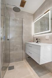 Badet er flislagt på gulv og vegger