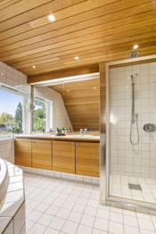 Badet i 2. etasje med cedertre i tak og innredning