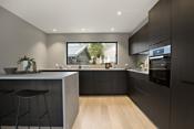 Moderne og velutstyrt kjøkken med kjøkkenøy/barløsning