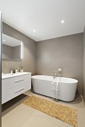 Hovedbadet i 2. etajse med badekar