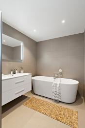Hovedbadet har også frittstående badekar