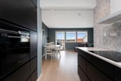 Kjøkkenet er praktisk og romslig med god plass i skap og i skuffer, som har innvendig belysning. Innebygd ovn og oppvaskmaskin. I tillegg finnes det et ekstra uttrekksskap med lett tilgang til alt som oppbevares.