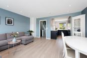 I stuen er det god plass til sofa og spisestue. Behagelig blå farge på stueveggene (Lasy Balance, ISGROTTE, 5935 / S3010-B10G)