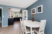 Spotbelysning i stue, kjøkken og gang som kan dimmes. Alt av elektrisk opplegg på stue/kjøkken byttet i 2019.