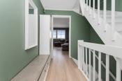 Fra inngangen er det en lett adgang til stue og kjøkken. Trappen opp fører til en ekstra stue/soverom/arbeidsrom.