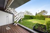 I hagen er det plass til en sittegruppe eller til å henge opp en huske. Det er også plass til et lite basseng eller en trampoline.