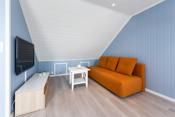 I tredje etasje er det et rom som kan brukes som ekstra stue, kontor, gjesterom eller soverom. Rommet er praktisk innredet, med god skapplass til oppbevaring.