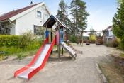 Ca. 30 meter fra huset er det en lekeplass. Barnefamilier liker å samles her. Bak lekeplassen er det et friområde, der barn og voksne kan ta seg en liten tur. Det er satt opp benker og bord. Sett deg ned og nyt utsikten mot Greverud og Oppegård