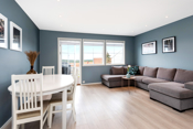 Lyse og fine blåfarger på stueveggen. Slitesterk laminatparkett i alle rom.