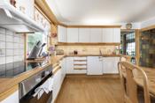 Kjeøkkenet har meget godt med skapplass